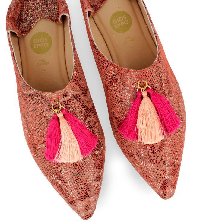 Bailarina estilo babucha de piel coral con efecto de piel de serpiente, de inspiración arabe. Detalle de tres borlas de color rosa. Las mil y una noches en tus pies.