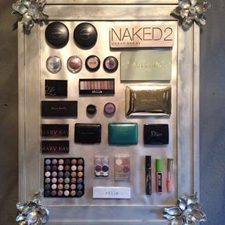 Ahorra espacio y arma un pizarrón magnético de belleza. | 17 Sencillas ideas para ordenar tu maquillaje como toda una pro