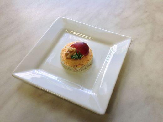 Lososová kanapka s hroznovým vínem a vlašským ořechem
