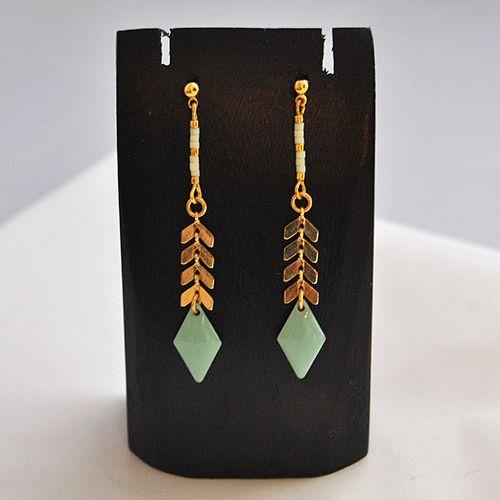 Boucle d'oreille pour femme avec chaîne en épi en laiton doré, losange émaillé vert menthe et perles de Miyuki