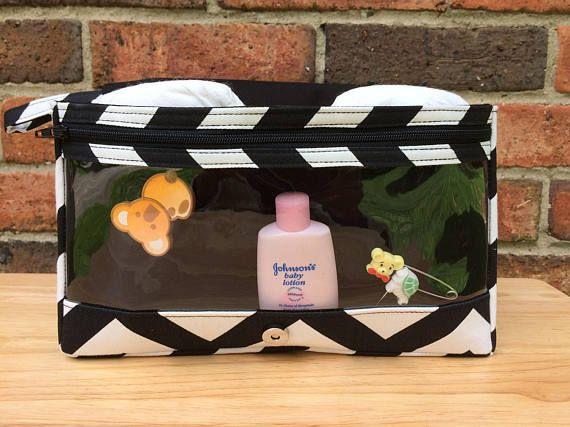 Esta pañalera de chevron negro es un regalo del gran bebé para padres primerizos. Nuevas y más grandes con la bolsa de una cremallera claro en la parte interior frontal, un bolsillo abierto en el interior de la aleta y un bolsillo con cremallera en la parte posterior Es único y práctico, la bolsa de cremallera claro es perfecta para guardar los productos del bebé de tamaño de viaje. El compartimento principal es muy espacioso y grande suficiente para el bebé Limpie la caja y cuantos…