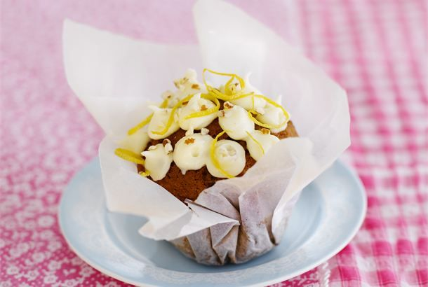 Sitruuna-porkkanamuffinit ✦ Muhkeat sitruuna-porkkanamuffinit, joihin porkkana ja sitruuna tuorejuusto tuovat ihanaa kuohkeutta. Mantelit sekä muffineissa että kuorrutteessa antavat rouskuvaa rakennetta. Tarjoile sitruuna-porkkanamuffinit kahvi- tai teepöydässä. http://www.valio.fi/reseptit/sitruuna-porkkanamuffinit/