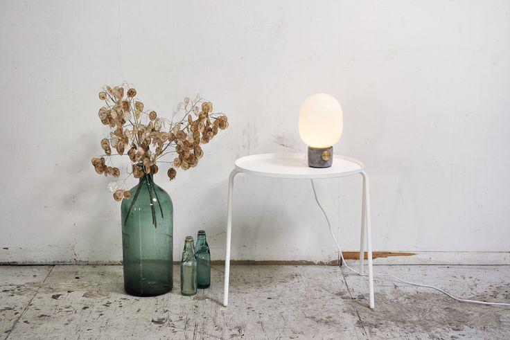 LAMPA STOŁOWA MARKI MENU Ponadczasowe lampy marki MENU zostały zaprojektowane przez szwedzkiego designera Jonasa Wagella. Jak zwykle, tak i w tym projekcie, artysta postawił na prostotę i funkcjonalność.