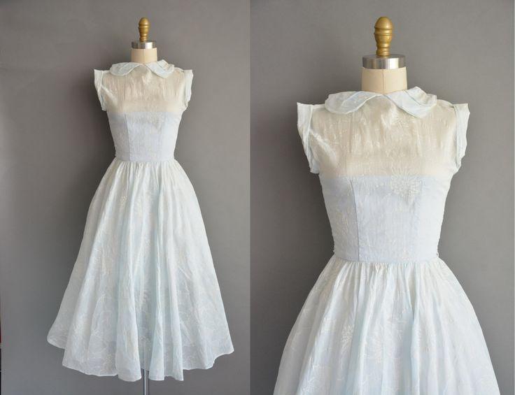 Vintage jaren 1950 katoenen jurk in een ijzige blauwe kleur, semi pure rok. De jurk is voorzien van een peter pan kraag met een meest vleiende ingerichte bodice. Er zijn buste Darten en een nipped taille passen. Gratis volledige rok met een terug metalen rits sluiting.  ✂---M E EEN S U R E M E N T S---  best past: extra klein  Bust: 31 Taille: 24 heupen: open fit totale lengte: 44  materiaal: katoen voorwaarde: uitstekend _______________________________  ☆ Layaway is beschikbaar voor dit…
