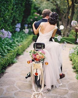 """Saindo em grande estilo 3!  E agora numa motocicleta! Super fofa essa alternativa à saída da cerimônia dos noivos. Linda cestinha com flores super estilosa com a plaquinha de """"Recém Casados"""" e as criativas fitinhas penduradas na traseira. Um charme e show de originalidade!  {via @josevilla Instagram} #motocicleta #cerimoniadecasamento #cestadeflores #recemcasados #fitasdecetim #noivos #casamento #ideiasdecasamento #inspiracaodecasamento #motocycle #moped #weddingceremony #flowerbasket #j..."""