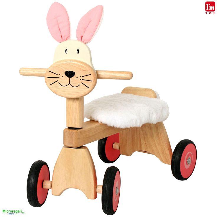 TRICICLO in Legno CONIGLIO cm 47x42x30 per bambini. Primi Passi. I'm Toy.Le prime esperienze a cavallo del triciclo. I'm Toy sono giochi e giocattoli prodotti in Thailandia, sono Eco Friendly poiche' utilizzano legno di alta qualita' degli alberi della gomma che non sono piu' produttivi e vengono quindi abbattuti. In questo modo si da nuova vita al legno.
