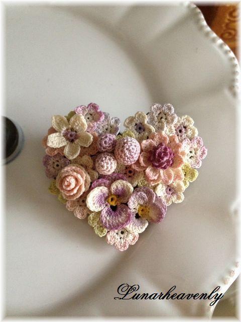 レース編み お花のハート型ブローチ