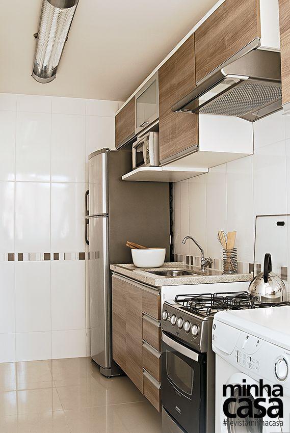 Cozinha pequena com 5 módulos superiores.