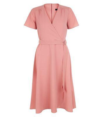 """Opt for sophisticated cuts in feminine hues this season with this pink d-ring wrap midi dress. Combinez-la avec des bottines à talons bloc pour compléter votre look décontracté. - Ceinture à anneaux en D- Effet cache-cœur- Manches courtes simples- Encolure en V- Coupe décontractée respectant les tailles standards- Coupe mi-longue- Le mannequin mesure 5'8""""/176 cm et porte la taille UK 10/EU 38/US 6"""