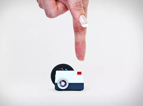 Projecteo es un proyector de diapositivas en miniatura que convierte tus imágenes de Instagram en una presentación de diapositivas. Su pequeño tamaño hace que