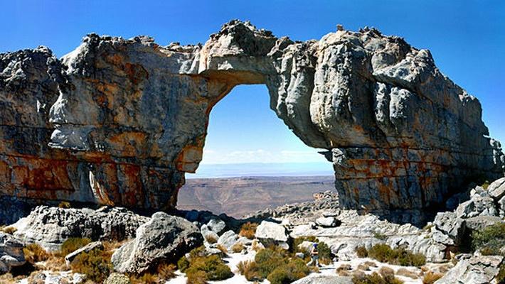 Cederberg (Africa de sud)  Frumusetile Africii in 25 de poze deosebite - partea 2 - galerie foto.  Vezi mai multe poze pe www.ghiduri-turistice.info  Sursa : http://en.wikipedia.org/wiki/File:Wolfbergarch-001.jpg