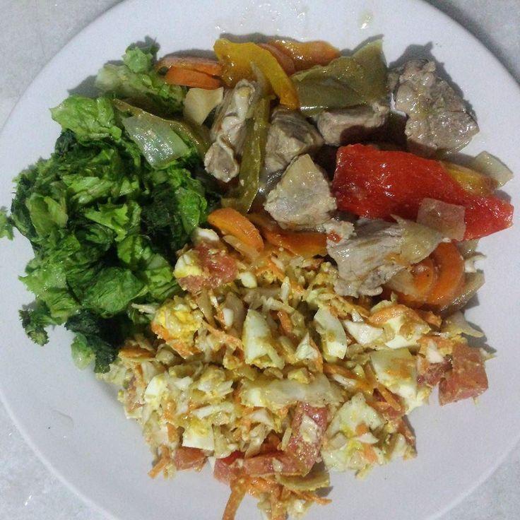 Carne com legumes (aqueles da foto de mais cedo) alface e salada de repolho cenoura e tomate com ovo cozido e uma colherinha de mostarda Heinz zero. De comer ! Boa noite povo belo!  #MaisGorduraMenosCarboidrato #BarrigaDeBacon #paleoBr #MaeSolteira #FitMom #Emagrecer #BarrigaDeTrigo #EatClean #ProjetoMamaeSarada #MamaeFit #ComerLimpo #LowCarb #AcreditaBonita #RealFood #PaleoDiet #SouMaeEMeCuido  #Mamaefitness #GlutenFree #PaleoBrasil #LCHF #paleo #ComidaLimpa #DrSouto…