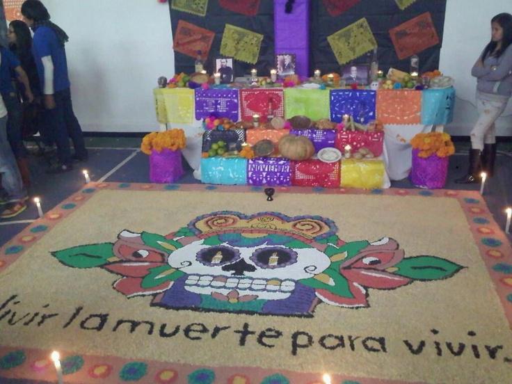 """Ofrenda, Celebración del día de muertos, México, DF. La tapete de calabera esta hecho de semillas como maíz, arroz, semillas de girasol, frijol etc. Sal, el elemento de purificación, sirve para que el cuerpo no se corrompa, en su viaje de ida y vuelta para el siguiente año. Veladoras, la flama que producen significa """"la luz"""", la fe, la esperanza, es la guía para las almas. El copal s el elemento que sublima la oración o alabanza."""
