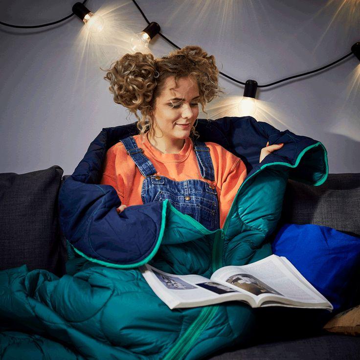 Pentru serile răcoroase, cititul poate fi mai plăcut cu o pătură comodă în apropiere.Descoperă mai multe soluții pentru stilul tău de învățat de aici:www.IKEA.ro/inapoi_la_scoala