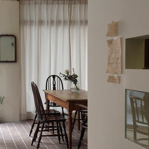 홀 : 하얀 벽 + 타일 + 나무 가구들 + 식물 @어나더선데이