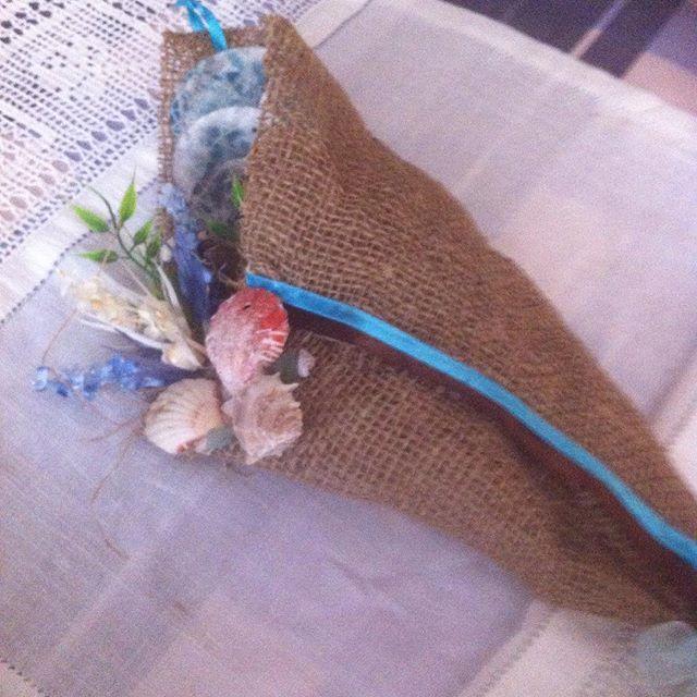 Κρεμαστό χωνί από λινάτσα μπλε και καφέ σιρίτι στολισμένο με λουλούδια και κοχυλάκια