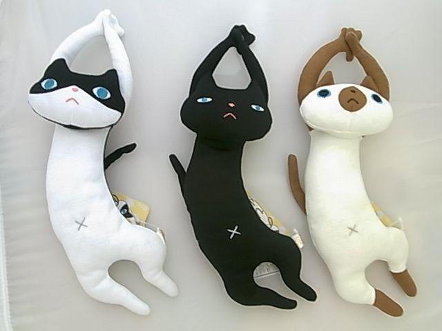 【楽天市場】のびねこ ネコのぬいぐるみ 猫:HONDA STORE リラックスしているのか、じゃれじゃれポーズなのか、 エモノを捕まえているのか、ともかく伸びています。 無表情に伸びています。長いです。 手の平にスナップボタンが付いているのであちこちに吊るせます。 違う表情、色柄のハチワレ、クロ、シャムの3匹で登場です。