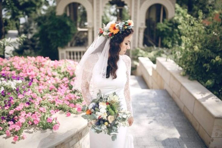 Tips Tampil Cantik Penuh Pesona dengan Mahkota Bunga