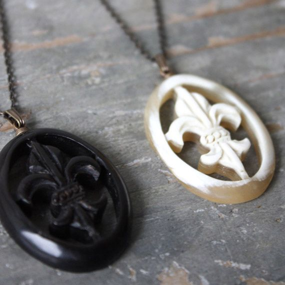[Envelope online shop] Lis pendant Lisette  Jand crafted from Water Buffalo horn. A royal French symbol pendant.  Made in Japan.