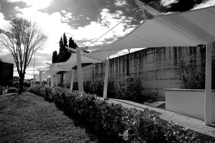 Percorsi pedonali coperti del Forecourt dell'Aeroporto Internazionale di Napoli