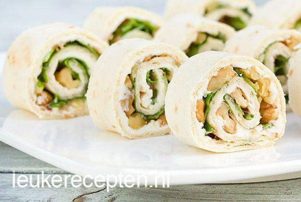 Deze tortillarolletjes met geitenkaas, walnoot, sla en honing zijn heerlijk voor op een feestje of voor bij de high tea.