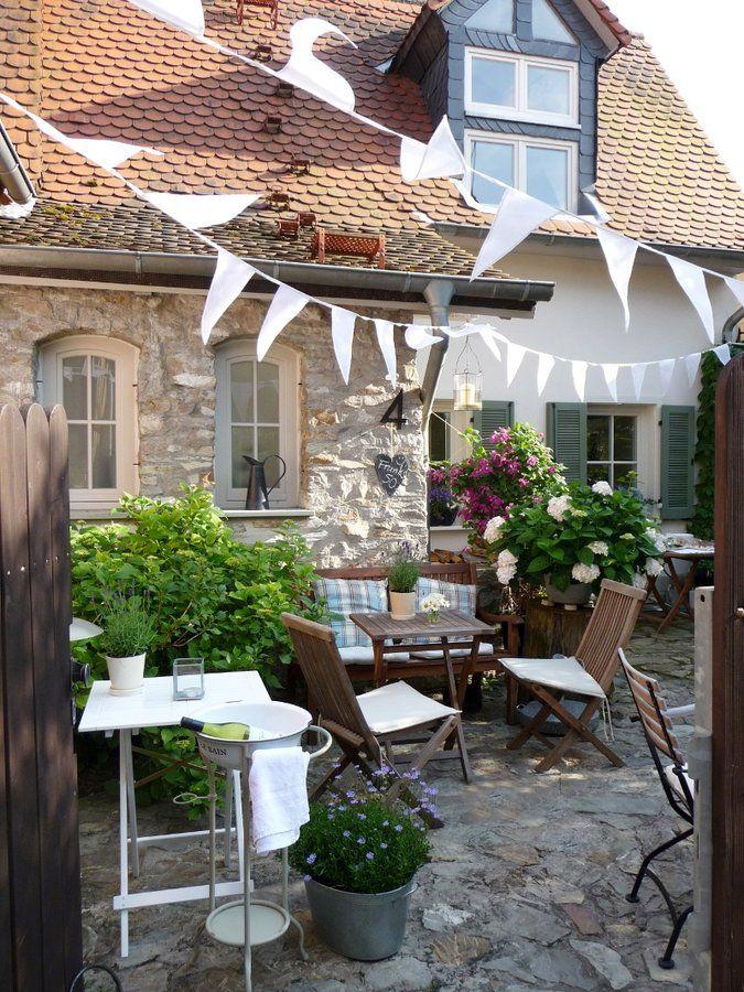 Mitglied Oceanside heißt mit echtem Namen Daniela und lebt mit ihrem Mann im Taunus. Sie ist Besitzerin zweier Gärten mit insgesamt circa 55 qm Fläche - Klein aber fein also.