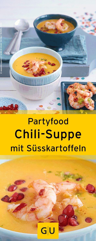 """Fingerfood für die Silvesterparty: Rezept für leckere Süsskartoffel-Chili-Suppe mit Garnelen. Ihr findet sie in der Leseprobe zum Buch """"Partyrezepte"""".⎜GU"""