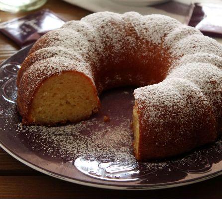 Ένα ελαφρύ, υπέροχο κέικ με λεμόνι και γιαούρτι. Μια πολύ εύκολη και γρήγορη στη παρασκευή της που δεν απαιτείτε ούτε μίξερ συνταγή (από εδώ) για ένα απλό