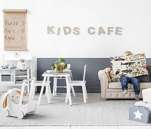 """För ett par veckor sedan fick jag ett annorlunda men roligt uppdrag av Ellos. Att styla bilder på deras nya barnsortiment från Kids Concept. Det resulterade i idén """"Kids Café"""" som nu finns på Ellos…"""