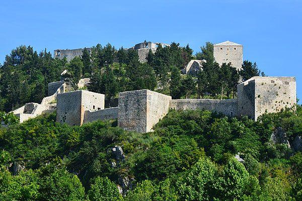 Stolac Bosznia-Hercegovina déli részén Mostar és a tenger között fekszik félúton. Ez a különös, napos déli kis város igazi török hangulatot áraszt. Első lakói már 15.000 évvel ezelőtt megjelentek. Történelme hosszú időre nyúlik vissza. Számos értelmiségi, művész, költő és vezető indult ebből a városból. #stolac #bosznia