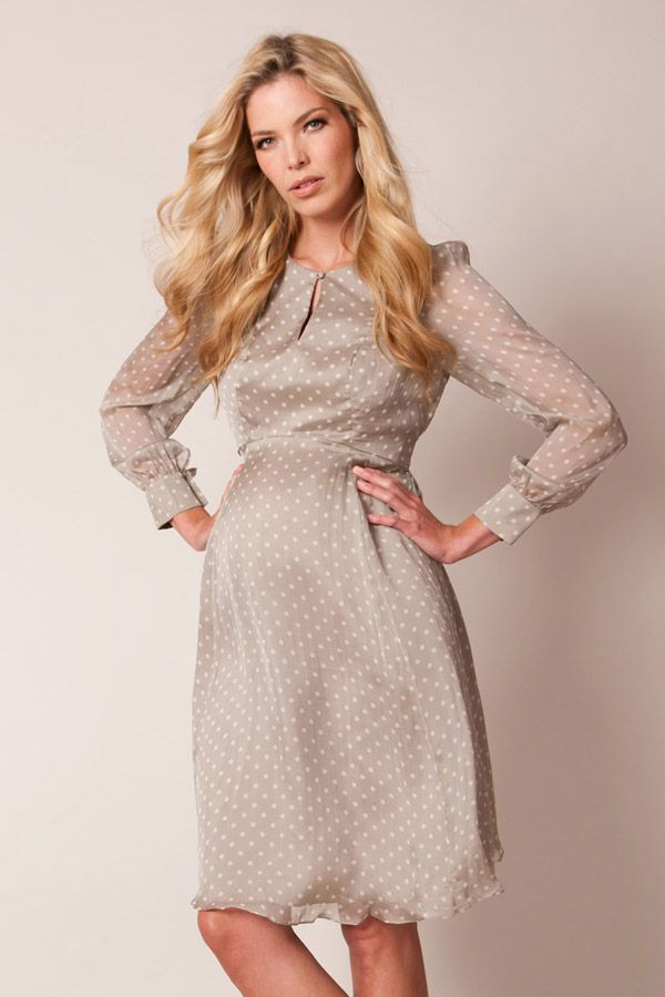 Inspiration für festliche Umstandsmode: Wie wäre es mit diesem romantischen Umstandskleid mit Pünktchenmuster, Keyhole-Ausschnitt und transparentem Ärmel-Design   //   Inspiration for maternity occasion wear. What about this maternity dress with romantic polka dots and silk material?
