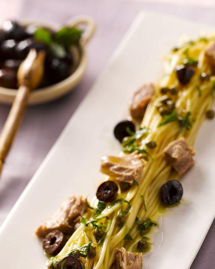 Een lekkere doordeweekse maaltijd is deze spaghetti met tonijn en zwarte olijven. Heerlijk mediteraans en staat makkelijk en snel op tafel.