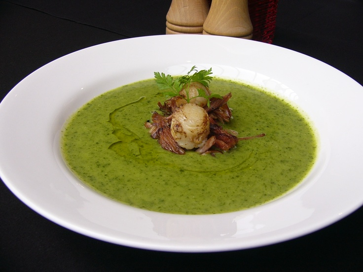 Green pea veloute, shredded ham hock and seared scallops