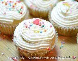 Рецепт нежных капкейков, который прекрасно подойдет для детей, свадьбы или дня рождения. Капкейки можно делать шоколадными, банановыми, с масляным кремом или мастикой