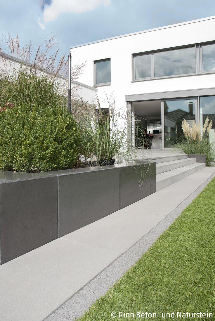 Moderno terraço circundante e anexo de inclinação com blocos de concreto. O inferno …   – Garten