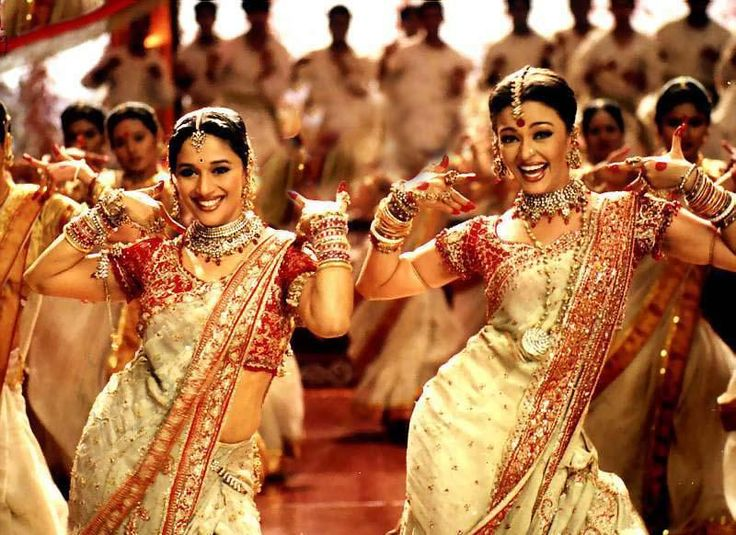 The song has a great choreography featuring Aishwarya Rai Bachchan and Madhuri Dixit from the 2002 movie 'Devdas' , starring Shah Rukh Khan alongside these two sensational actresses.