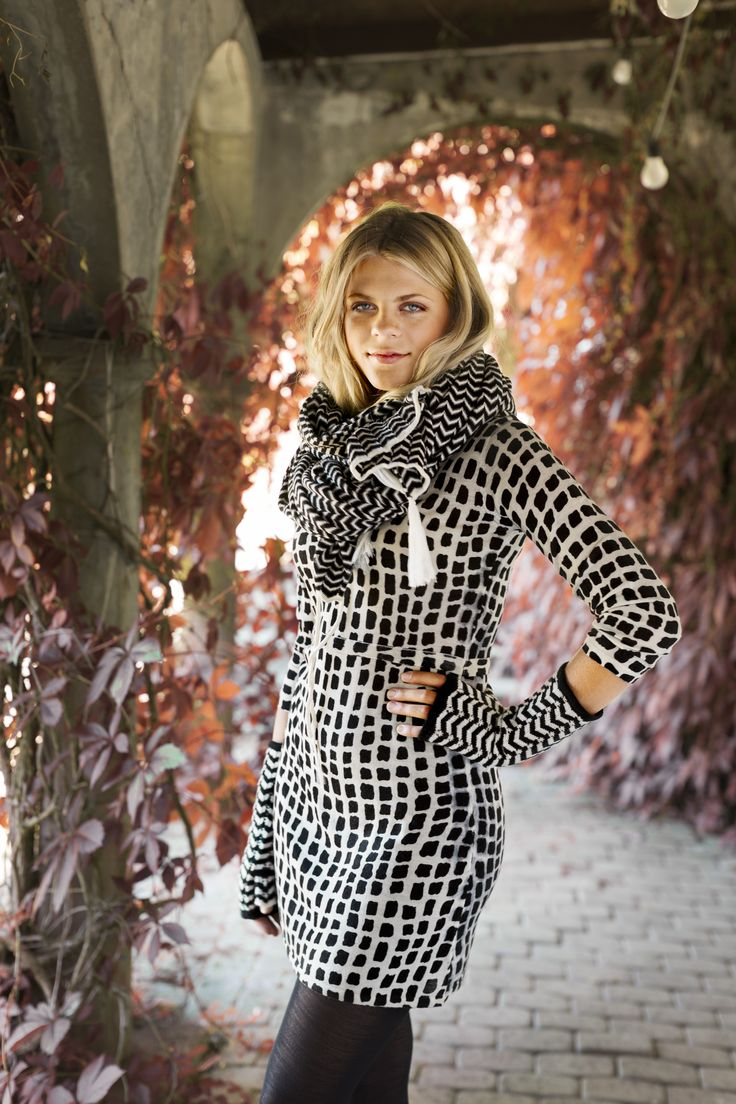 Exotic giraffe pattern meets graphic black... Tunic Brittany, scarf Affe and wristwarmers Amber. All in 100% wool.