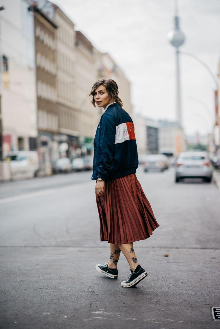 Outfit für den Alltag | Plisseerock, Chucks & Bomberjacke von Tommy Hilfiger im 90er Style | Berlin