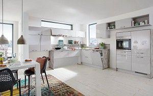 Keukenloods.nl - Luciana  #modernekeuken  Deze keuken heeft een eigenzinnige indeling door de variatie in hoogte van de kasten. De combinatie van hoogglans en houtdecor geven deze keuken een moderne uitstraling.