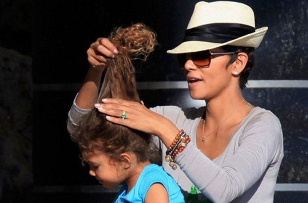 Halle Berry whips up her daughter's curls