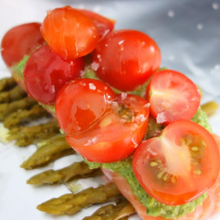 Når der skal fisk på bordet, er det næsten altid laks, der serveres. Denne udgave i folie er både nem og hurtig og så smager den perfekt med pesto på.