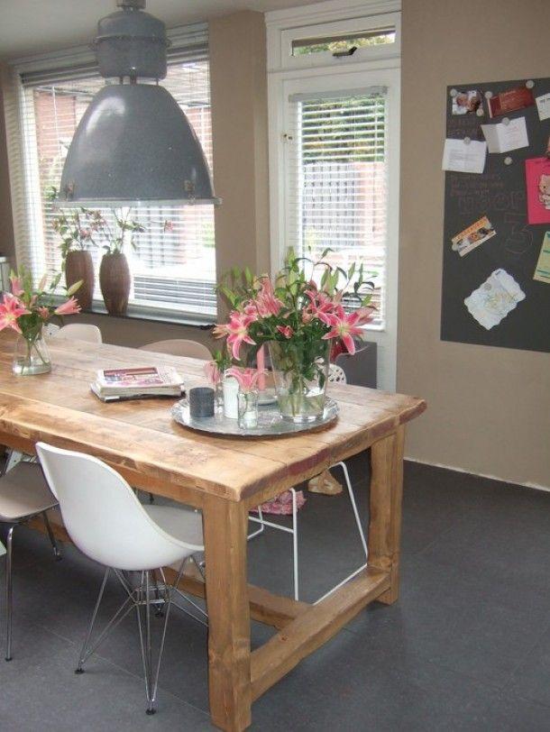 keukens | Stoere robuuste tafel met geweldige lamp Door joycekonijn
