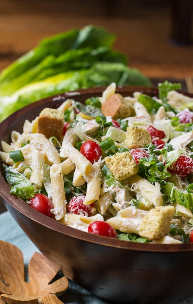 Σαλάτα του Καίσαρα με ζυμαρικά Υλικά: 2 φιλέτα κοτόπουλο ψημένα στο γκριλ και ψιλοκομμένα, 2 αντζούγιες ψιλοκομμένες, 200 γραμμ. πένες βρασμένες, ½ μαρούλι πλυμένο