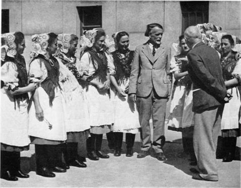 Kodály Zoltán with the girls from Bocsárlapujtő.