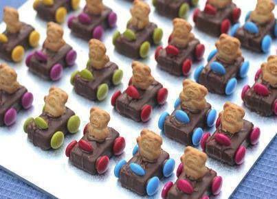 Een autootje maken van een Milky Way mini, met Smarties en een half beertje-koekje. Wat een leuke traktatie!