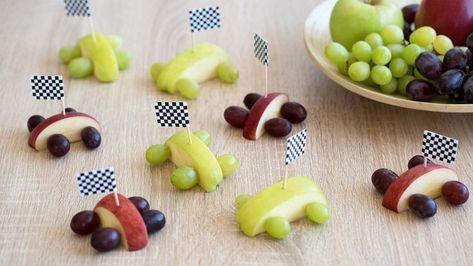 Rennautos aus Äpfeln und Weintrauben ✓ Kinbderleichte Bastelidee ✓ Snack-Sp…