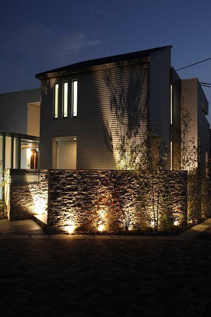 壁を照らす。様々な表情を演出するライティングテクニック。 #lightingmeister #gardenlighting #outdoorlighting #exterior #garden #lightup #pinterest #wall #shadowlighting #light #shadow #home #house #glass #壁 #シャドーライティング #光 #影 #家 #ガラス