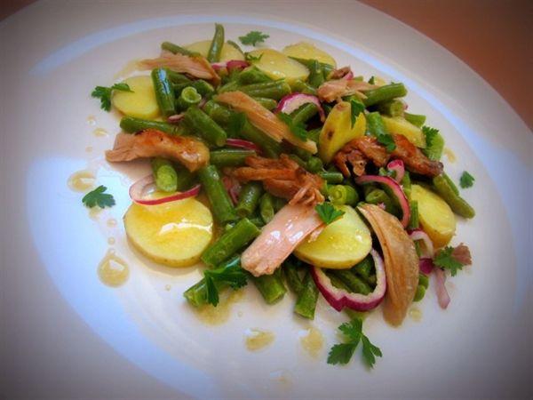 Салат из зелёной стручковой фасоли с картофелем и цыплёнком конфи под соусом винегрет