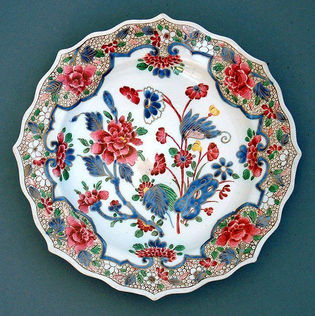 Piatto in porcellana con fiori all'orientale. Ginori - Museo Richard-Ginori della Manifattura di Doccia, Sesto Fiorentino Firenze.