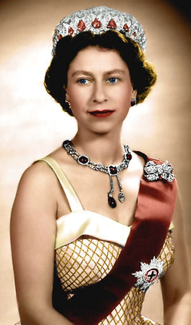 Do not like the red and green combination, but the Delhi Durbar necklace is superb, and the queen looked very well, in spite of the Christmas-y thing.
